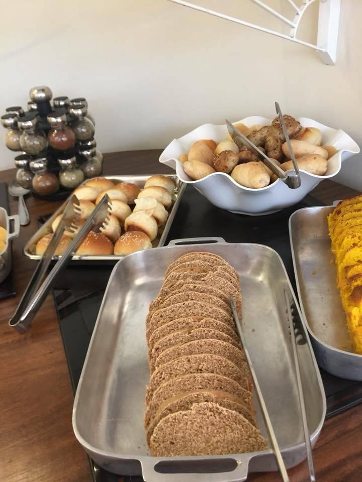 No buffet livre do brunch há pães e mini sanduíches. Foto: Flor de Anis/Divulgação