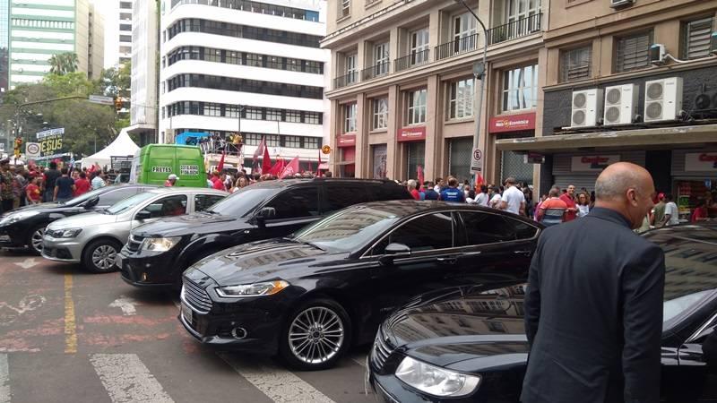 Quatro carros ficaram à disposição do ex-presidente Lula em Porto Alegre durante julgamento do TRF-4, em janeiro.