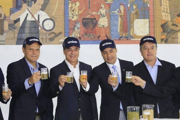 Richa (segunda da esquerda para direita) na inauguração da fábrica da Ambev em Ponta Grossa, em maio de 2016. Foto: Arnaldo Alves / ANPr.