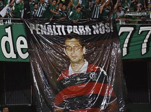 Homenagem da torcida do Coritiba para Wagner Reway, que agora prejudicou o Flamengo.