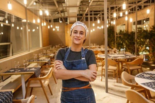 A chef Bel Coelho no espaço do Restaurante Pop-Up, que será aberto oficialmente nesta quinta-feira, no Pátio Batel. Ela é a primeira famosa a cozinhar no local. Outros virão. (Fotos/ Valterci Santos)