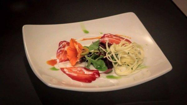 Salmão curado na beterraba, salada de pupunha e picles de cenoura - uma das entradas. (Fotos/ Divulgação)