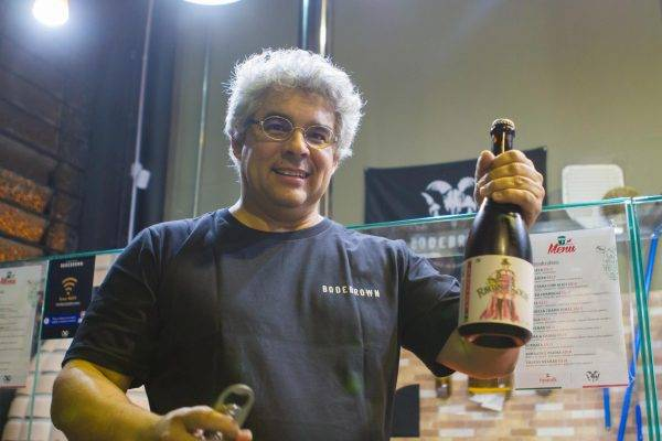 Samuel Cavalcanti, cervejeiro da Bodebrown, com a cerveja criada para homenagear uma funcionária da cervejaria. (Fotos/ Divulgação)