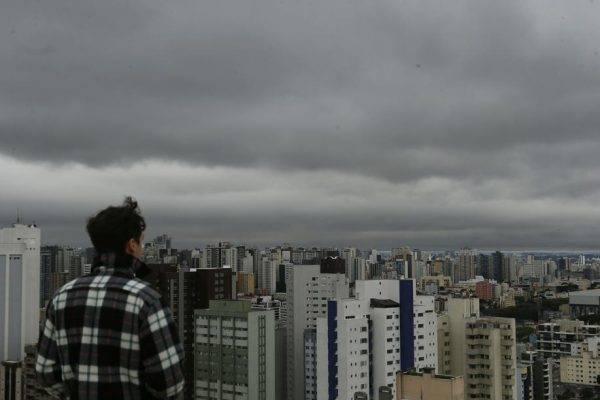 Céu de inverno em Curitiba. Crédito da foto: Albari Rosa.