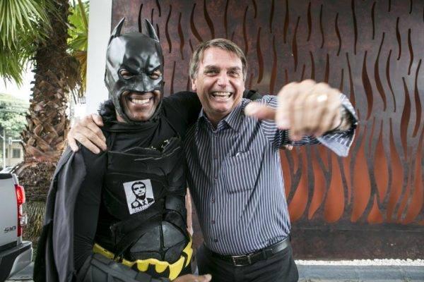 """Jair Bolsonaro, o pré-candidato com mais alcance no Facebook, posa com o """"Batman"""" em Curitiba. Crédito da foto: Marcelo Andrade"""