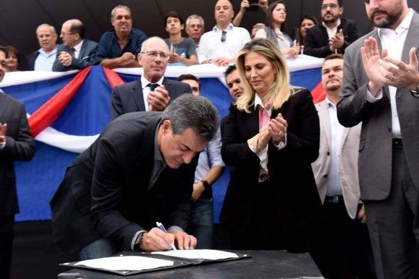 Pose para foto: governo Cida deixa Beto Richa fazer assinatura fake em documentos