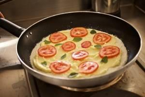 Com base de tapioca integral feita artesanalmente, Natalia prepara pizza com creme de palmito e biomassa de banana verde na frigideira. Foto: Apneia Filmes/Divulgação