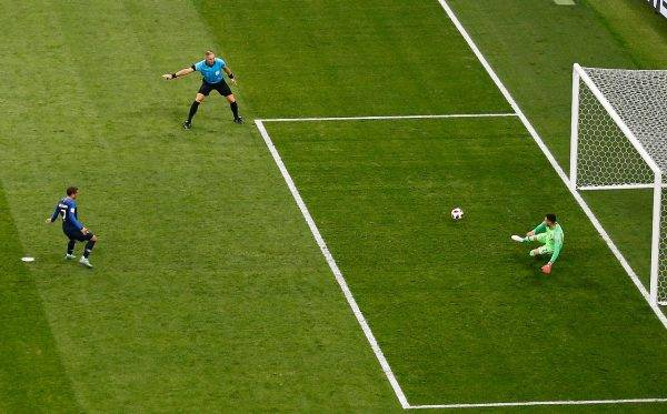 O atacante francês Griezmann cobra pênalti na final da Copa 2018. Crédito: Jonathan Campos - enviado especial/Gazeta do Povo