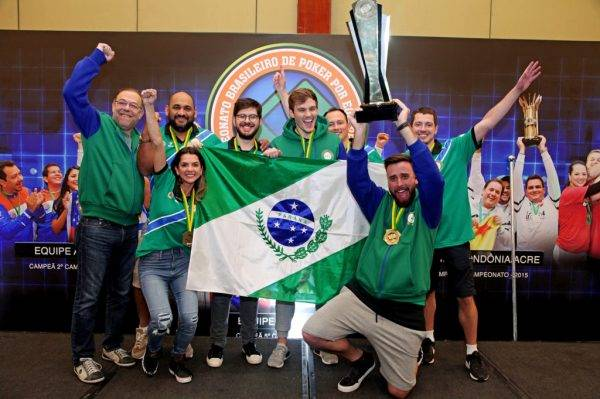 Capitão Daniel Almeida levanta a taça pela primeira vez para o Paraná do Brasileiro de Poker por Equipes: Foto: BSOP e Super Poker