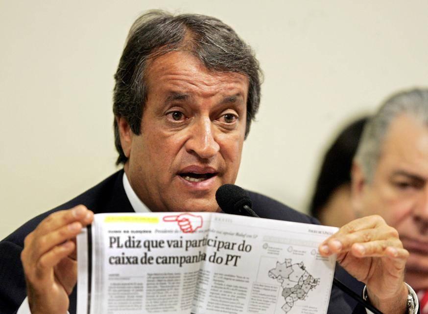 Valdemar Costa Neto presta depoimento no Conselho de Ética da Câmara, em 2005, no auge do mensalão.