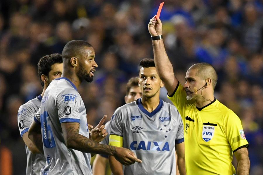 Dedé, do Cruzeiro, foi injustamente expulso no duelo com o Boca Juniors. (Foto: Eitan Abramovich/AFP)