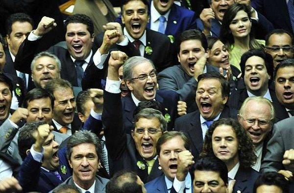 Eduardo Cunha (MDB-RJ) comemora ao lado de correligionários a vitória na disputa pela presidência da Câmara dos Deputados, no início de 2015. Foto: Laycer Tomaz/Arquivo Câmara dos Deputados