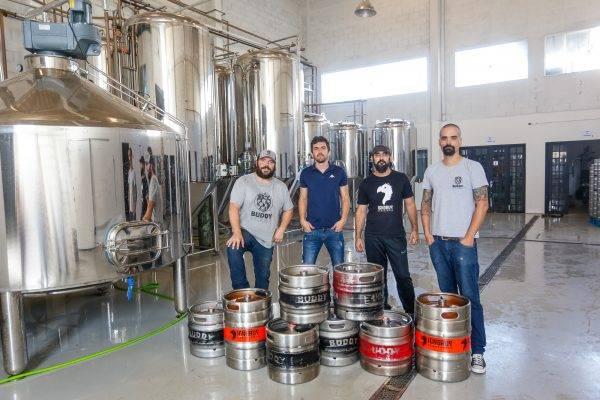 Na foto, Eduardo Carrano (na ponta esquerda) e Diogo Del Corso (na ponta direita), ambos da Buddy Brewery, e Alberto Basso e Marcelo Popi (no meio), da Ignorus. (Foto: Divulgação)