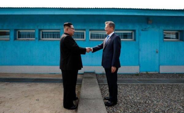 Aperto de mão entre Kim Jong-un e Moon Jae-in