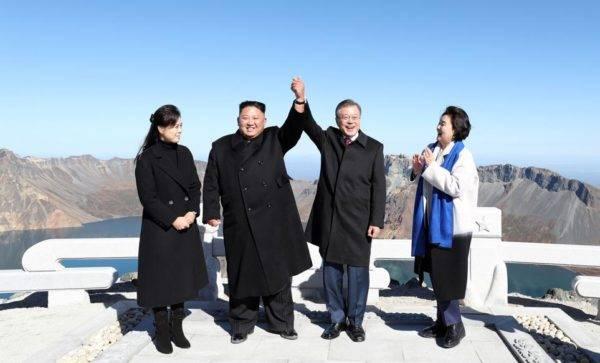 Moon Jae-in e sua esposa visitaram o Monte Baekdu, sagrado para os coreanos, em sua vista à Coreia do Norte