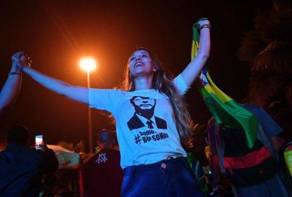 Eleitora de Jair Bolsonaro comemora vitória no primeiro turno da eleição presidencial.  Foto: Carl de Souza/AFP