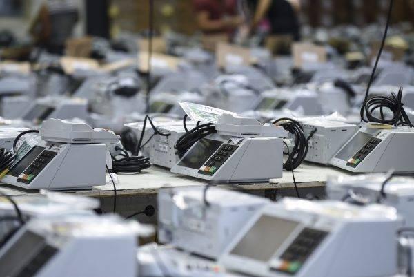 Urnas eletrônicas: TSE e especialistas garantem a segurança, mas isso tem sido insuficiente para colocar em dúvida o processo eleitoral. E a democracia. Foto: Douglas Magno/AFP.
