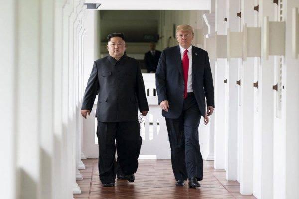 O Presidente Donald J. Trump e líder norte-Coreano Kim Jong un, caminham juntos para a sua reunião bilateral expandida, terça-feira, 12 de junho de 2018, no Hotel Capella em Singapura. (Crédito: Shealah Craighead)