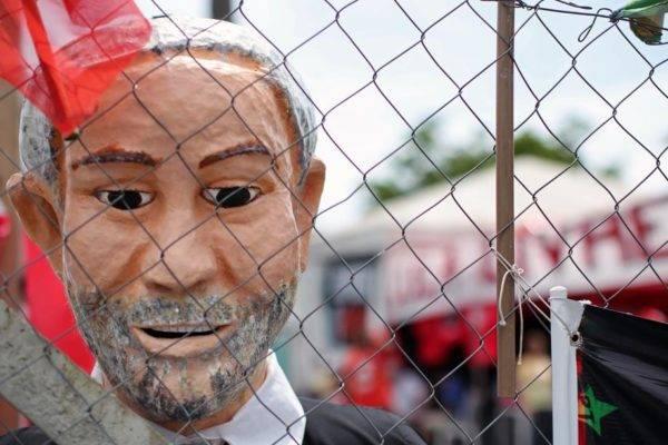 """Boneco representando o ex-presidente brasileiro (2003-2011) Luiz Inácio Lula da Silva, é visto na vigília """"Lula livre"""", em frente à Superintendência da Polícia Federal em Curitiba. (Foto de Heuler Andrey / AFP)"""