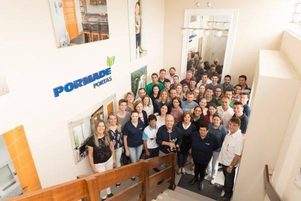 Apenas uma pequena parte dos 600 funcionários da Pormade, em União da Vitória. (Foto: Divulgação).