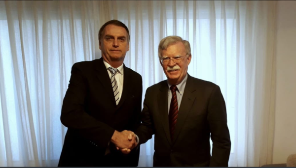 Bolsonaro e John Bolton, assessor de Segurança Nacional dos Estados Unidos: aproximação entre os dois países. Foto: reprodução/Twitter de Bolsonaro.