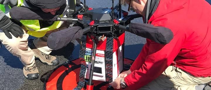 O drone foi equipado com uma caixa refrigeradora e um sensor biológico para monitorar o rim durante o voo. (crédito: divulgação).