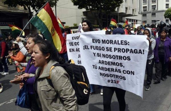 Bolivianos marcham contra a nomeação do presidente Evo Morales como candidato para reeleição em outubro de 2019, durante greve geral em La Paz, 6 de dezembro. Foto: Aizar Raldes / AFP