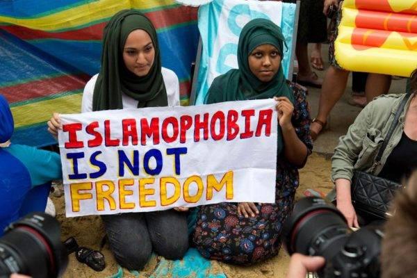 """Em protesto em frente à embaixada francesa em Londres, em 2016, manifestantes seguram um cartaz onde se lê """"Islamofobia não é liberdade"""". FOTO:  AFP/JUSTIN TALLIS"""