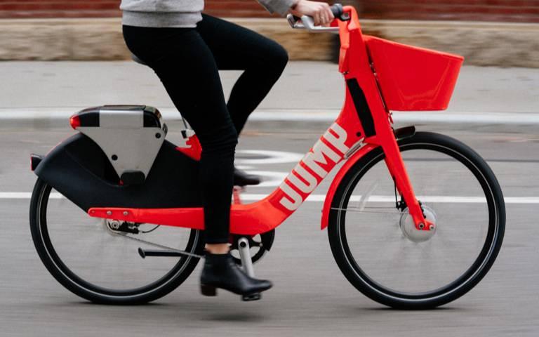 As bicicletas são vermelhas e elétricas. (crédito: divulgação).