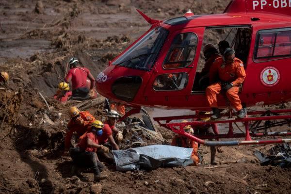 Bombeiros resgatam corpo de vítima da tragédia de Brumadinho. Foto: Mauro Pimentel/ AFP
