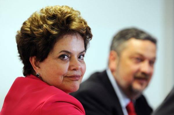 Dilma e Palocci: ele quis tocar o ajuste fiscal, mas caiu duas vezes por causa de suspeitas de corrupção e não conseguiu controlar o ímpeto gastador dela. Quando ela começou a pensar em ajustar as contas, era impopular por causa de denúncias de corrupção. Foto: Evaristo Sá/AFP
