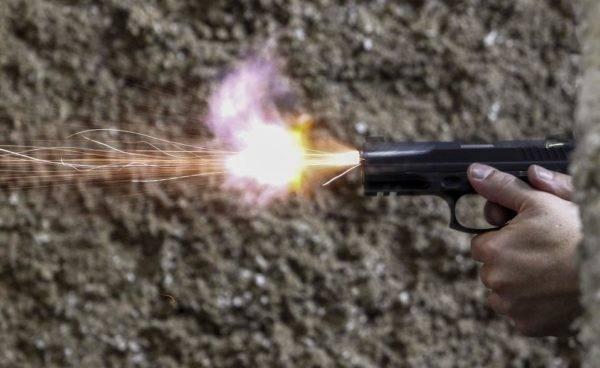 Um homem dispara uma arma de fogo em um clube de tiro em São Paulo. FOTO: MIGUEL SCHINCARIOL/AFP