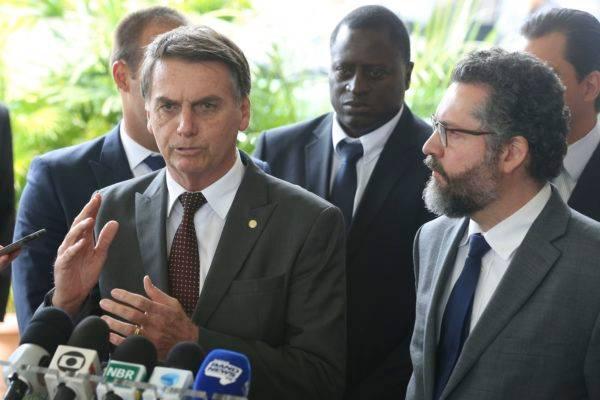 Bolsonaro concede entrevista ao lado de seu ministro das Relações Exteriores, Ernesto Araújo: nova política externa. Foto: Valter Campanato/Agência Brasil.