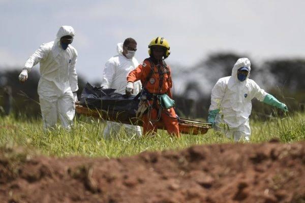 Bombeiros resgatam corpo de vítimas da tragédia causada pelo rompimento de uma barragem em Brumadinho (MG). Foto: Douglas Magno/AFP