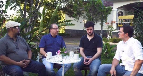 """Carvalho, Covolan, Cabral e Assi no primeiro episódio de """"Conexão ciência & fé"""". (Foto: Reprodução/YouTube)"""