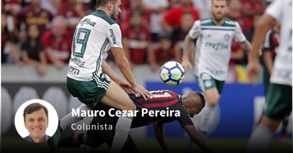 Volante Bruno Henrique, do campeão Palmeiras, desarma Nikão, do Athletico. Foto: Albari Rosa/Gazeta do Povo