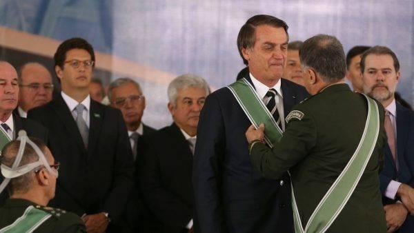 O presidente Jair Bolsonaro e o novo comandante do Exército, Edson Pujol. (Foto: Valter Campanato/Agência Brasil)