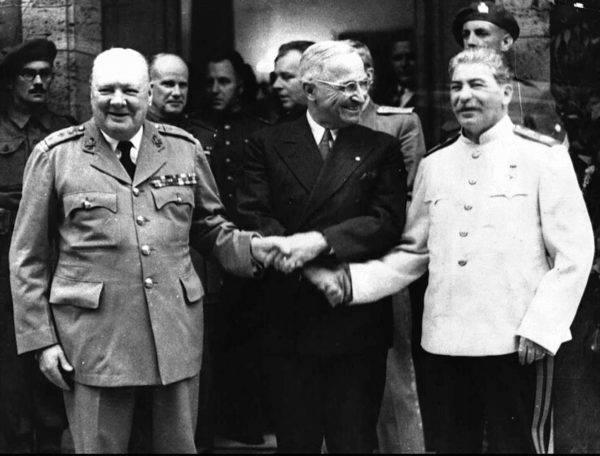Foto de 23 de julho de 1945 mostra o aperto de mão entre Winston Churchill, Harry Truman e Josef Stálin, em Potsdam, Alemanha