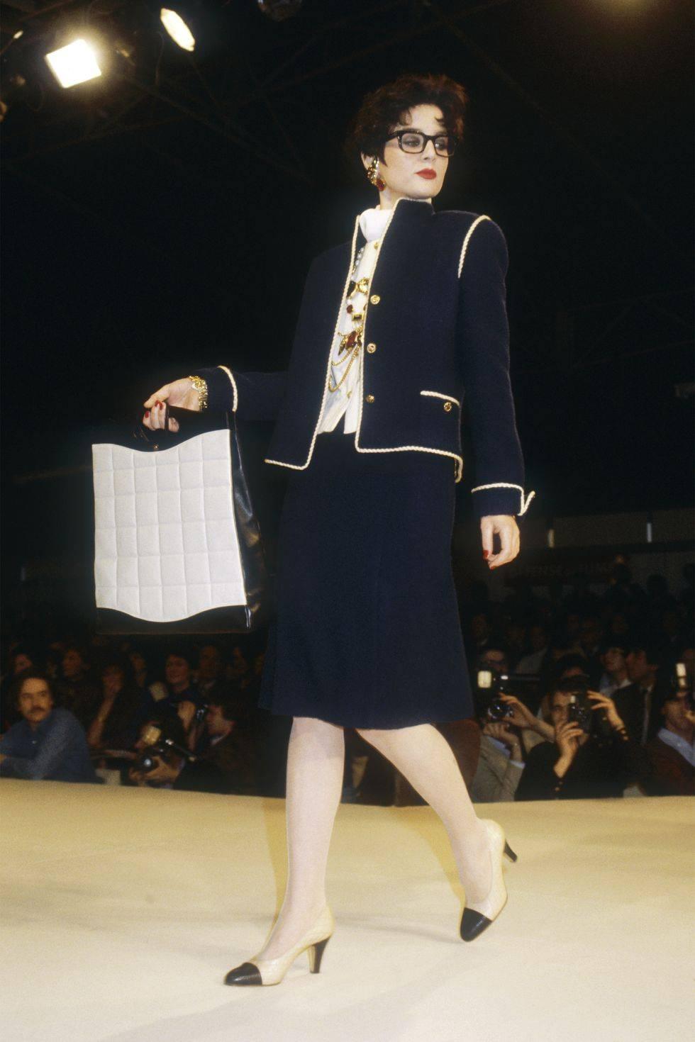 O primeiro desfile de Karl Lagerfeld como diretor criativo da Chanel, em 1983. (crédito: reprodução).