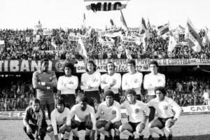 Formação do Coritiba em 1978. Repare nas fantásticas faixas com os nomes dos jogadores ao fundo. Hoje não pode mais. Sabe como é, faixa é muito perigoso.