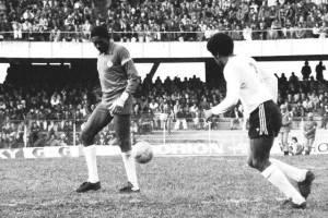 Jairo observa a saída de bola num Atletiba de 78. Naquela época, calção era quase sunga.