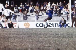 É difícil encontrar uma foto do Jairo jogando em cores. Taí um Atletiba de 76.