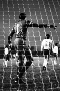 Mais um registro espetacular da Muralha Negra do Alto da Glória. Foto de um Atletiba de 76.