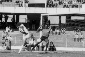Jairo e Roberto Dinamite duelam pelo Brasileiro de 1975.