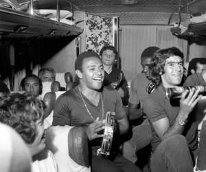 A intimidade do Coxa após o tricampeonato paranaense nos anos 70. Nilo esmerilhando no pandeiro e Jairo, encoberto, humilde no tamborim.
