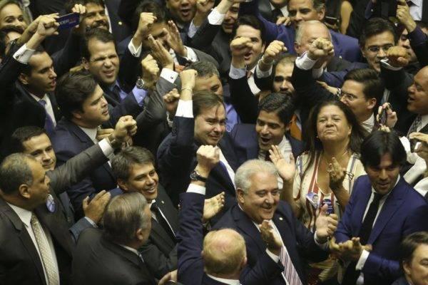 Deputados comemoram a eleição de Rodrigo Maia para a presidência da Câmara. Crédito da foto: Valter Campanato/Agência Brasil.