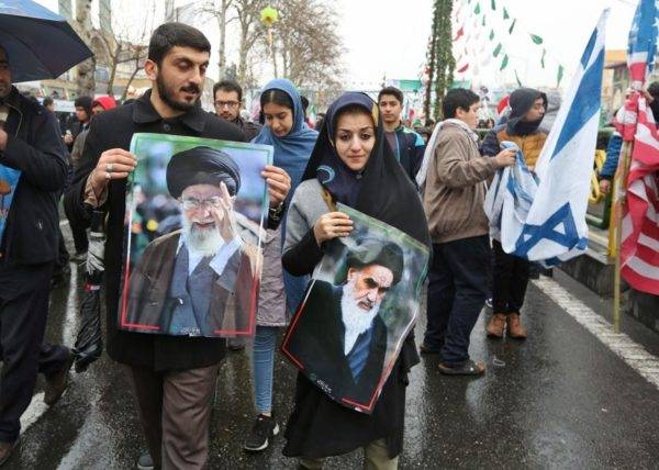 Iranianos marcham durante cerimônia celebrando o 40º aniversário da Revolução Islâmica, na capital Teerã