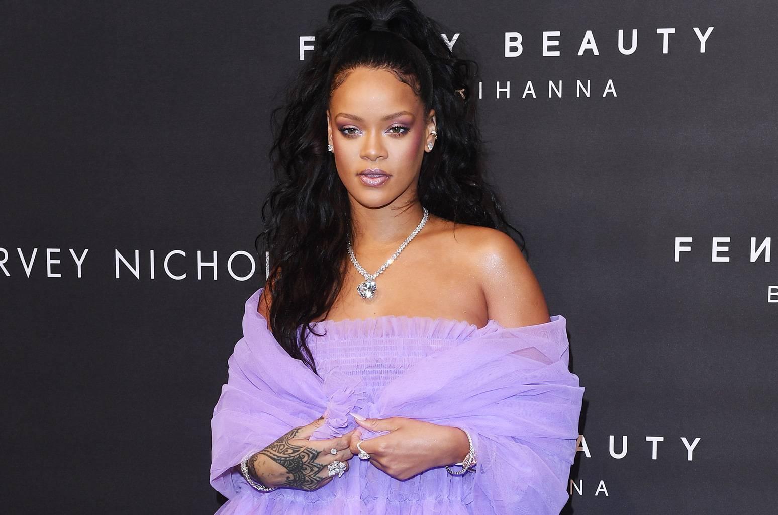 A Fenty Beauty, marca de produtos de beleza da cantora, é sucesso em todo o mundo.  (crédito: Reprodução/TheSource.com).