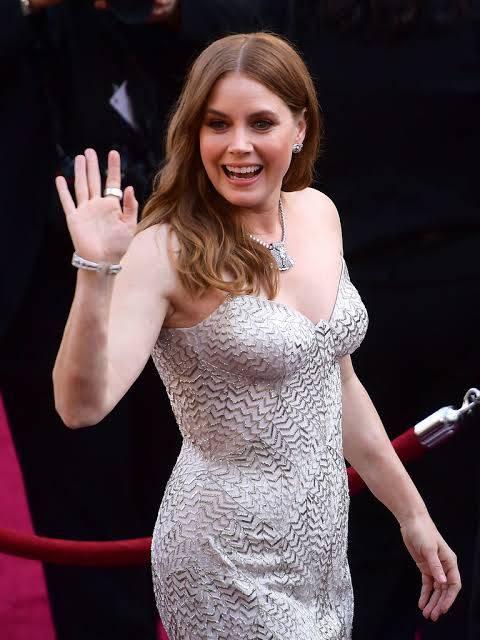 Amy Adams usou um vestido Versace e joias Cartier. (crédito: reprodução/Getty Images).
