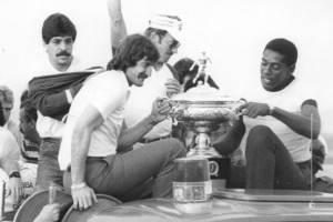 No caminhão de bombeiros com o caneco de 1985, ao lado do titular Rafael Cammarota.